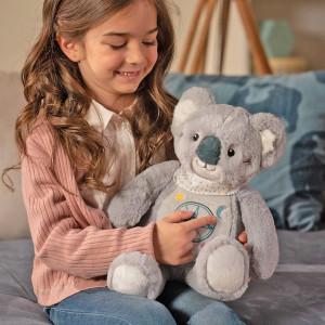 Un énorme merci pour vos messages et votre enthousiasme 💕 Nous sommes ravis que notre koala conteur d'histoires vous plaise tant ! (Nous n'en avions jamais douté !!). . Voici quelques informations pour répondre à vos nombreuses questions. . Kwaly est déjà disponible à la vente. Il arrive dans certains magasins spécialisés et est également sur notre eshop. . Il est vendu au tarif de 39,90 €. . Kwaly propose 3 niveaux d'écoute : initiatique pour les enfants de 0 à 3 ans, découverte pour les enfants en maternelle et expert pour les enfants de la grande école ! . . . #gipsytoys #peluchesfrance #gipsyfamily #peluchedouce #peluchekoala #kwaly #nouveautenoel #peluchemusicale #liseusehistoires #pelucheconteusehistoires