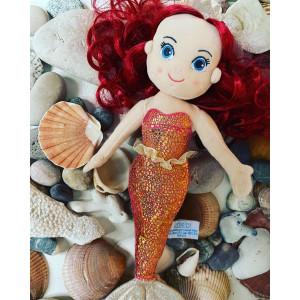 Enfin les vacances !!! Et pour nos doudous chéris Gipsy aussi ! . D'ailleurs la jolie sirène Coralia 🧜🏻♀️ se fait dorloter chez la @familynanaiska qui lui a créé un lit douillet de coquillages. Il y a peu de chances qu'elle veuille revenir de vacances ;) . Nous adorons voir nos peluches vivre de belles aventures auprès de vous ! N'hésitez pas à nous mentionner 😘 . . #gipsytoys #peluchesfrance #gipsyfamily #peluchesirene