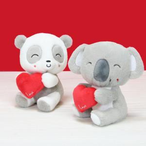 Encore des petits mignons totalement craquants en ce mois des amoureux ❤️ . Après les Lovely Pets que nous vous avons présentés la semaine dernière (vous avez encore jusqu'à demain pour tenter de remporter votre chouchou !), voici les Cuty Love ❤️❤️ . Avec leur bouille craquante, leur pelage utra doux et leur gros coeur rouge, voilà le petit cadeau parfait à envoyer ! . Retrouvez-les vite sur notre eshop ! . . . . #gipsytoys #peluche #peluchedouce #peluchefrance #doudouenfant #peluchesaintvalentin #cadeausaintvalentin #peluchecoeur